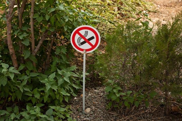 Знак не курить в общественном парке, чтобы предупредить людей
