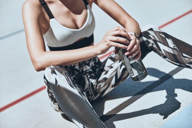 Нет такой вещи, как пробный запуск. крупным планом вид сверху молодой женщины в спортивной одежде