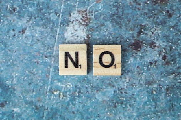 Nessuna scrittura simbolica con lettere nere su dadi di legno in modo orizzontale. foto di alta qualità