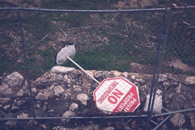 柵の後ろに立ち入り禁止の標識はありません
