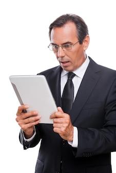 안 돼요! 디지털 태블릿을 들고 흰색 배경에 격리된 채 입을 벌리고 있는 정장 차림의 놀란 성숙한 남자