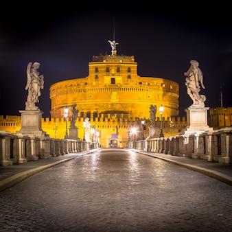 ローマのサンタンジェロ城の前の橋で夜は誰もいない