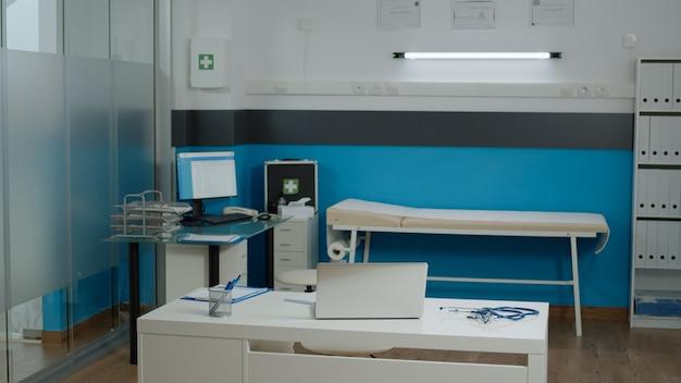 현대적인 가구를 갖춘 의사 사무실에는 아무도 없다