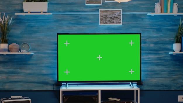 緑の画面のテレビディスプレイでフラットにいる人は誰もいません