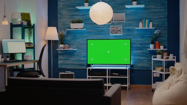 녹색 화면 디스플레이가 있는 거실에 아무도 없음