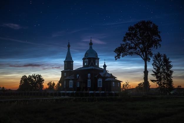 교회 위에 야광운 구름