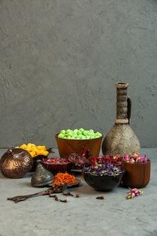正面黄色と薄緑色のnogulキャンディーとスパイスとドライフラワーと花瓶