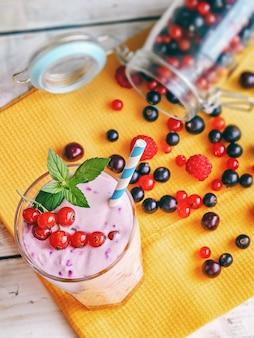 木製の背景に新鮮なスグリ、ラズベリーとミントの葉、フィットネスカクテルと食品、有機天然物を使用したノンアルコールミルクセーキスムージー