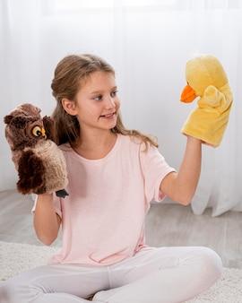 Bambino non binario che gioca in casa