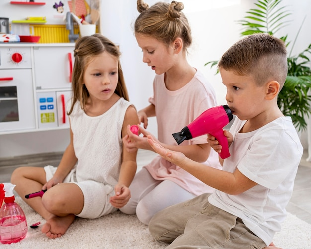 一緒に美容院ゲームをしている非バイナリの子供たち