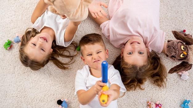 家で遊ぶ非バイナリの子供たち