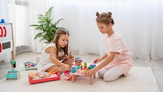 Bambini non binari che giocano insieme a un gioco di compleanno