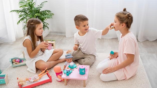 Bambini non binari che giocano a un gioco di compleanno
