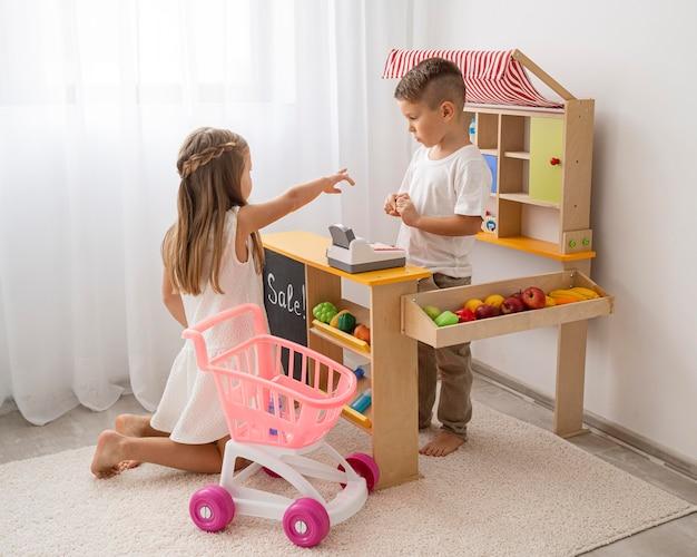 屋内で遊ぶ非バイナリの子供
