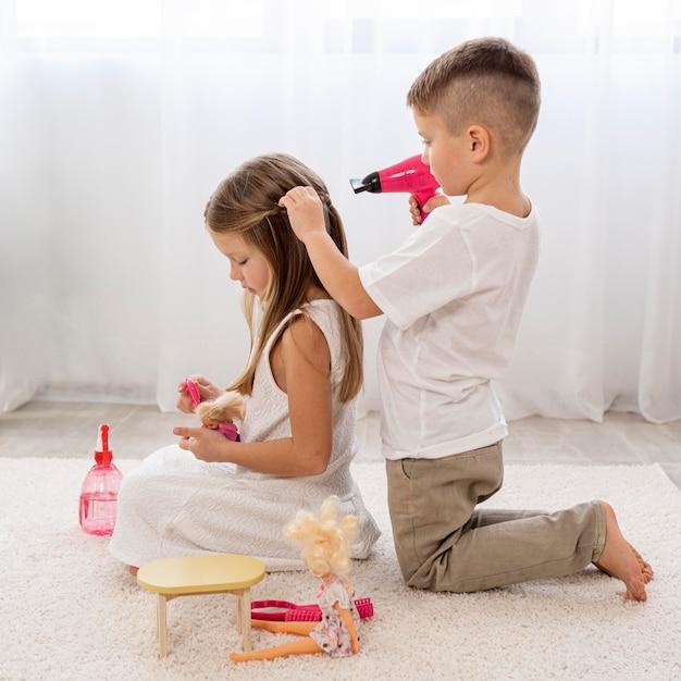 美容院のゲームを一緒に遊んでいる非バイナリの子供たち