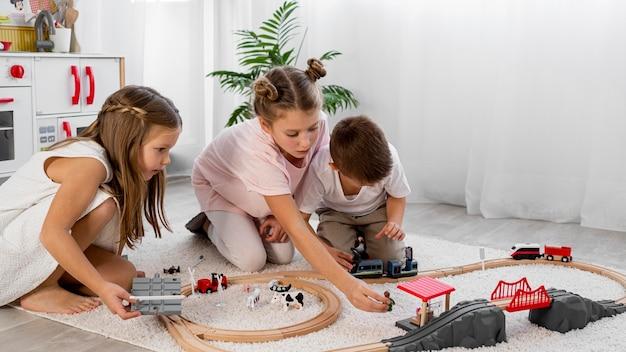 Bambini non binari che giocano con il gioco di automobili