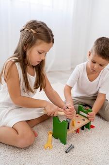 Bambini non binari che giocano con giochi colorati