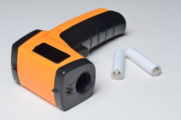 Бесконтактный портативный пирометр-термометр, желтый. и батарейки к нему.
