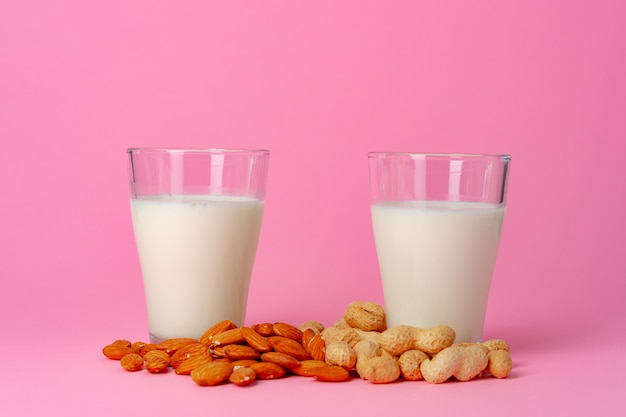 分離されたガラス製品のナッツで作られた非乳製品ビーガンミルク