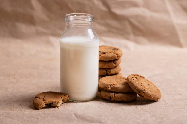 非乳製品のビーガンオート麦ミルクとオートミールクッキー。