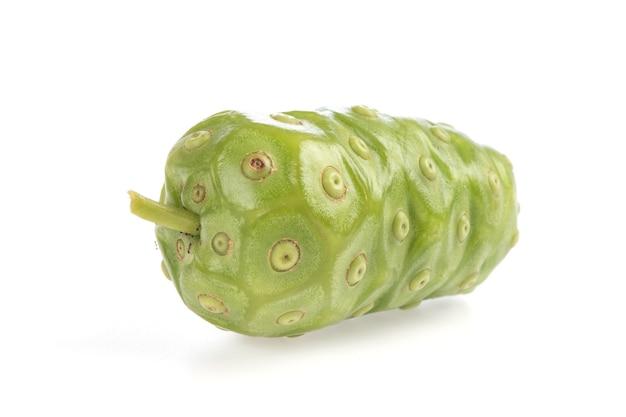 ノニ、白い背景で隔離の果物。
