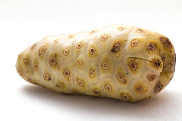 分離された白のノニモリンダシトリフォリアフルーツ