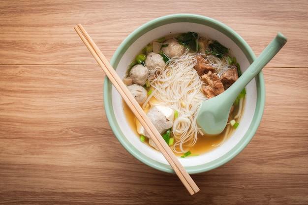 식당에서 미트볼 돼지 고기와 두부 아시아 음식과 국수와 수프