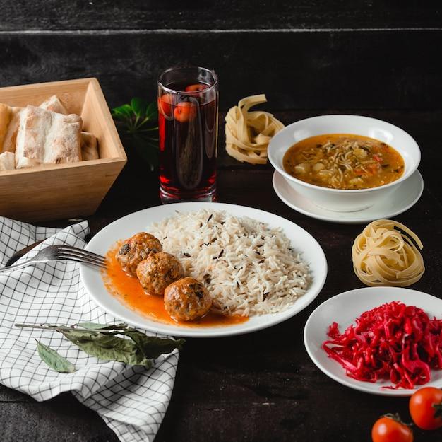 Суп с лапшой и рисом с фрикадельками