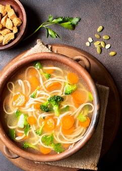 冬の食事用ヌードルスープ