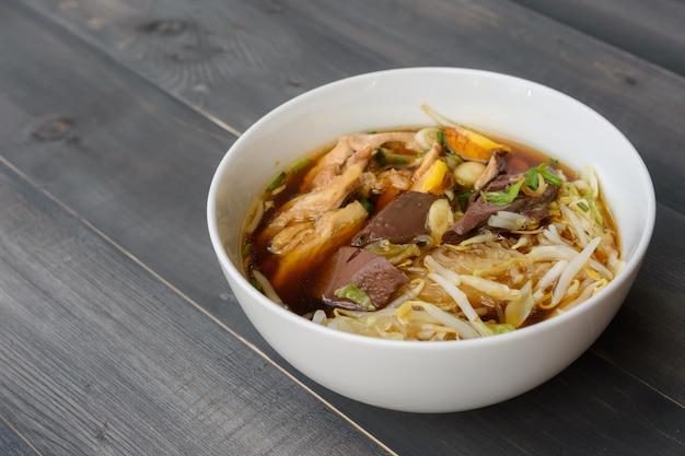 나무 테이블에 그릇에 국수 수프, 태국 현지 음식