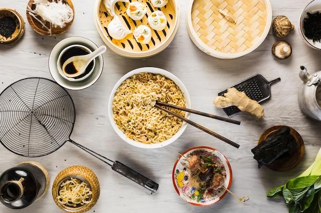Tagliatelle tra cibo asiatico