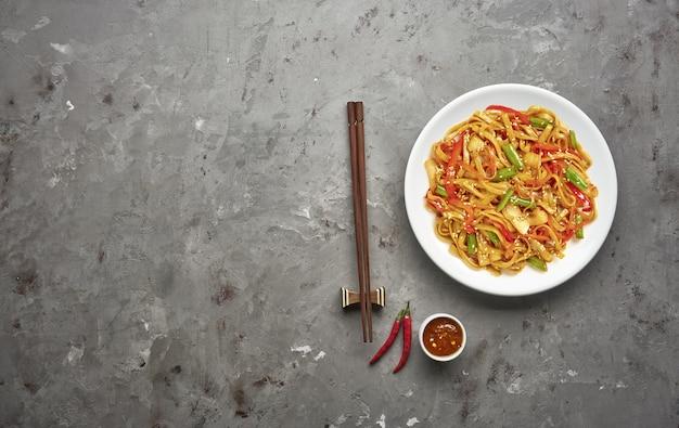 牛肉と野菜の灰色の石のテーブルで麺。上面図、コピースペース