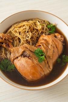Лапша с тушеной курицей в миске для коричневого супа - азиатская кухня
