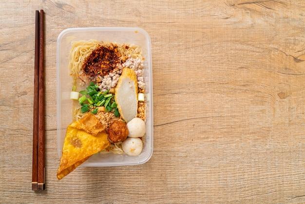 Лапша с рыбным шариком и фаршем из свинины в упаковке - азиатская кухня