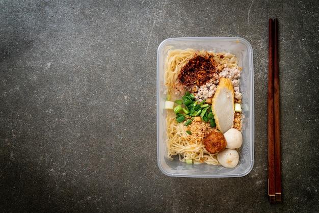 デリバリーボックスにフィッシュボールと豚挽肉が入った麺-アジア料理スタイル