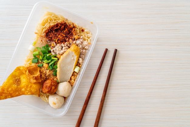 魚団子と豚ひき肉の麺
