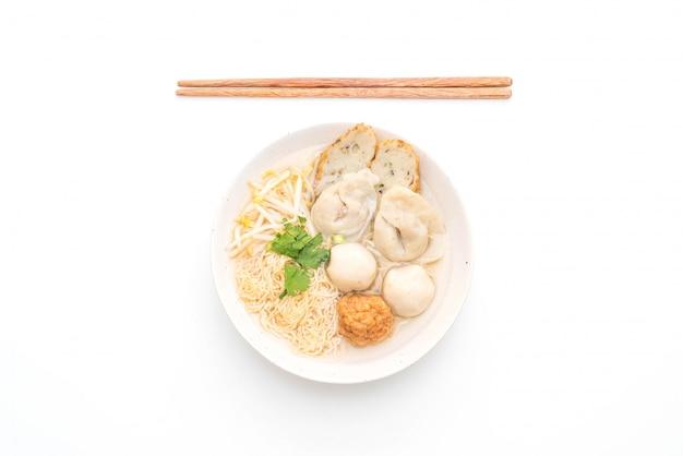 Лапша с рыбным шариком в супе