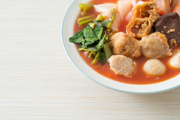 ピンクのスープのミートボールまたはアジアンスタイルのイェンタフォーヌードルの麺