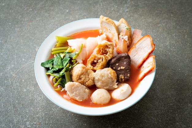 핑크 수프에 미트볼을 넣은 국수 또는 아시아 스타일의 yen ta four noodles