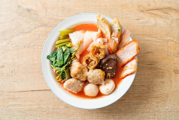 Лапша с фрикадельками в розовом супе или yen ta four noodles в азиатском стиле