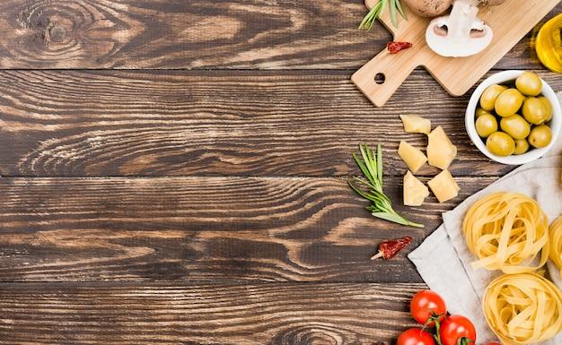 Лапша с оливками и овощами
