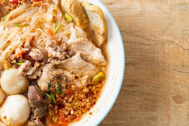 Лапша со свининой и фрикадельками в остром супе или лапша том ям по-азиатски