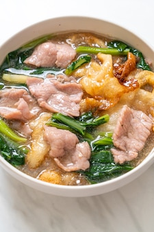 グレイビーソースの豚肉入り麺-アジア料理スタイル
