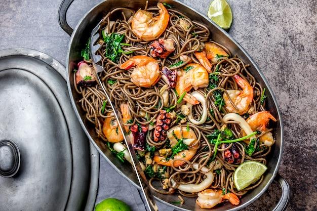 エビ、タコ、イカの金属鍋入り麺