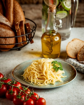 Noodles with tomato and olive oil