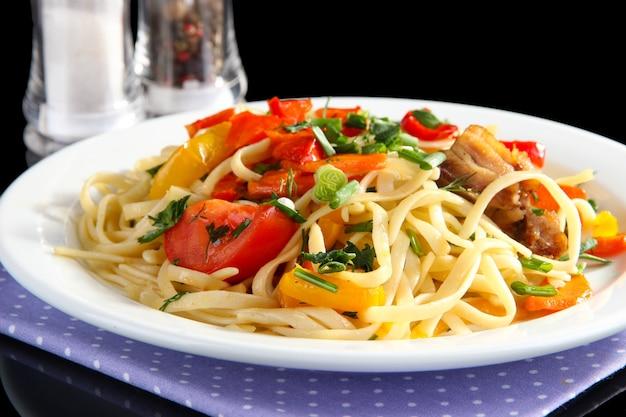 野菜と麺のプレートのクローズアップ