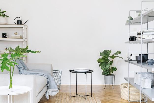 木製の机、椅子、デザインソファ、コーヒーテーブル、本立て、アートアクセサリーを備えた北欧の家のインテリア