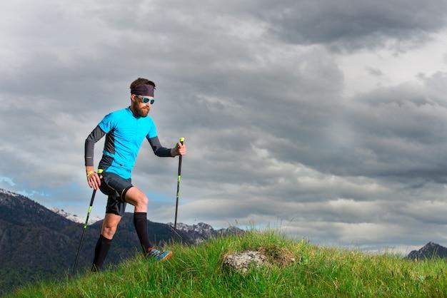 山の中で自然の中の男を歩くノルディック