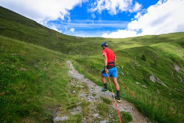 Скандинавская ходьба по горной тропе в гору