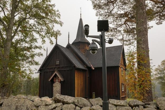 노르웨이 노레 앞에 감시 카메라가 있는 노레 교회